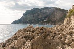 Vista da ilha Itália de Capri, com muitos barcos na água Fotos de Stock
