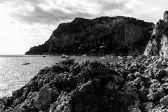 Vista da ilha Itália de Capri, com muitos barcos na água Foto de Stock