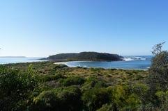 Vista da ilha litoral em um dia claro imagens de stock