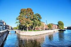 Vista da ilha nova da Holanda da interseção do canal de Admiralty e do rio de Moika em St Petersburg Fotografia de Stock Royalty Free
