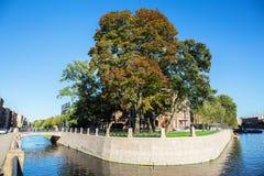 Vista da ilha nova da Holanda da interseção do canal de Admiralty e do rio de Moika em St Petersburg Fotos de Stock
