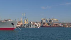 Vista da infraestrutura e dos beliches do porto com navios vídeos de arquivo