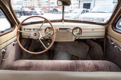 Vista da janela aberta com o volante e o interior do carro velho do russo da classe executiva liberada no imagem de stock