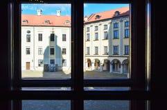 A vista da janela com os quadros no amarelo bonito fotos de stock