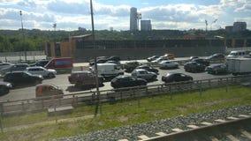 A vista da janela de um trem movente no tráfego na estrada
