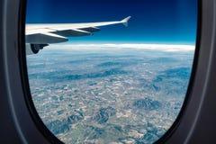 Vista da janela do avião em campos circundados Fotos de Stock Royalty Free