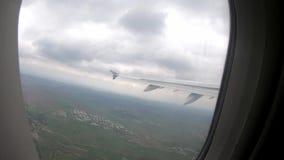 Vista da janela do avião nos campos nevoentos, verdes longe na terra video estoque