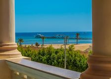 A vista da janela do hotel ao Mar Vermelho, à praia e ao porto sob o céu azul imagens de stock