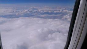 Vista da janela do plano nas nuvens O avi?o voa acima do tempo vídeos de arquivo