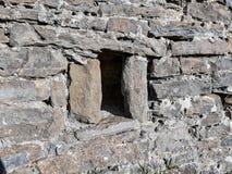 Vista da janela milenária Eremitério de San Benito, em Orante & em x28; Huesca - Spain& x29; Em outubro de 2017 imagem de stock