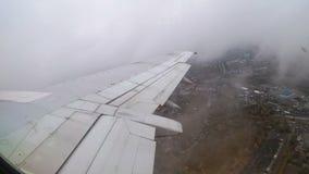 Vista da janela na asa de um avião de passageiro durante a decolagem vídeos de arquivo