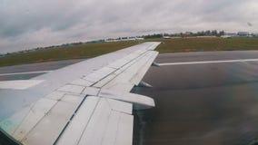 Vista da janela na asa de um avião de passageiro durante a decolagem video estoque