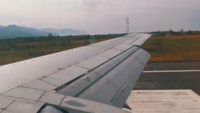 Vista da janela na asa de uma aterrissagem de aviões do passageiro filme