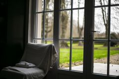 Vista da janela na manhã nebulosa do jardim verde fotografia de stock royalty free