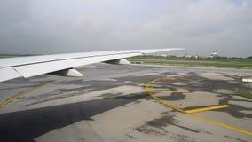 A vista da janela plana na pista de decolagem, o avião aterrou no aeroporto video estoque