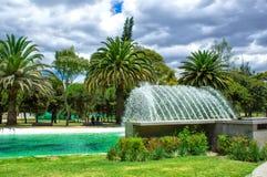Vista da lagoa com uma fonte, no parque público do La Carolina no norte da cidade de Quito equador imagem de stock royalty free