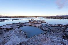 A vista da lagoa do azul molha no crepúsculo em Islândia Por do sol no imagem de stock royalty free