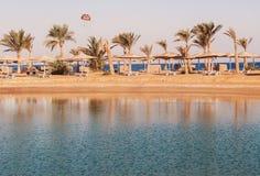 Vista da lagoa, do mar, da praia, das palmeiras e de um paraquedas na SU foto de stock royalty free