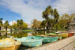Vista da lagoa e dos barcos a remos velhos no parque grandioso de Campo, Lisboa, Portugal Foto de Stock