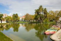 Vista da lagoa e dos barcos a remos velhos no parque grandioso de Campo, Lisboa, Portugal Fotos de Stock