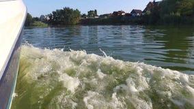 Vista da lancha quando mover-se rápido sobre a água video estoque