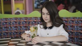 Vista da limonada do serviço para a menina feliz, nova e segura no café video estoque