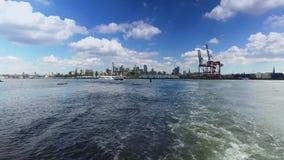 Vista da linha costeira de Brooklyn como visto da balsa de East River filme