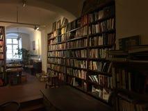 Vista da livraria e das prateleiras com bookes fotografia de stock royalty free