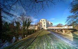 Vista da lontano sopra il ponte dietro il fossato di un castello fotografia stock libera da diritti