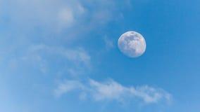 Vista da lua durante o dia Fotografia de Stock