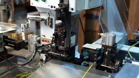 A vista da máquina moderna processa o fio, close-up video estoque