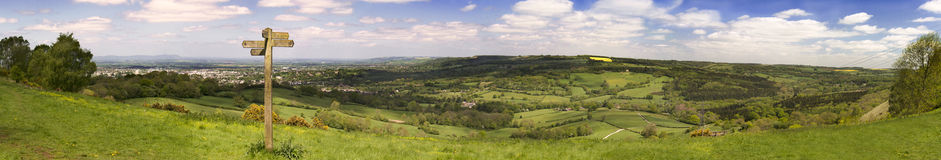 Vista da maneira de Cotswold através dos campos verdes Fotografia de Stock