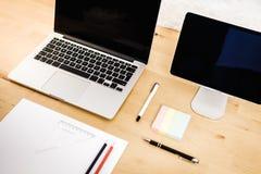 Vista da mesa com um computador Fotografia de Stock Royalty Free