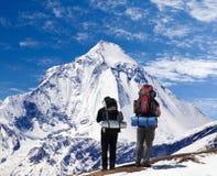 Vista da montagem Dhaulagiri com dois turistas Fotografia de Stock Royalty Free