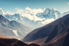 Vista da montagem Kangtega em montanhas de Himalaya, Nepal foto de stock