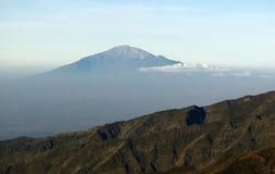 Vista da montagem Kilimanjaro em uma montagem Meru Fotos de Stock Royalty Free