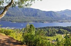 Vista da montagem no lago Teletskoye Fotografia de Stock Royalty Free