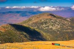 Vista da montagem Washington Cog Railway e de cumes distantes de t imagens de stock