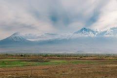 Vista da montanha de ararat nas nuvens fotos de stock royalty free