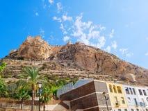 Vista da montanha e do castelo de St Barbara em Alicante spain fotos de stock