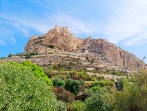 Vista da montanha e do castelo de St Barbara em Alicante spain imagem de stock royalty free