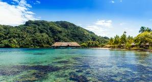 Vista da montanha na lagoa Huahine, Polinésia francesa fotos de stock