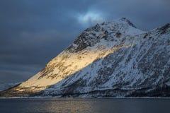 Vista da montanha Stauren em Gryllefjord Imagens de Stock Royalty Free
