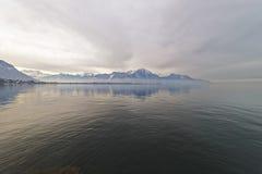 Vista da Montreux per innaffiare riflessione del lago Lemano Fotografia Stock Libera da Diritti