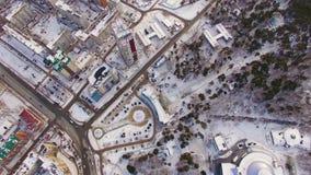 Vista da mosca Aero sobre a área de recreação do parque no inverno Jardim zoológico na cidade filme