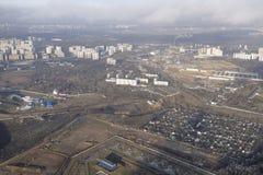 Vista da Moscou de debaixo da asa de um avião Foto de Stock
