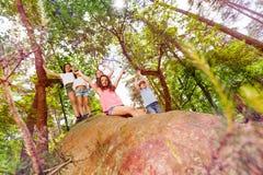 Vista da muggito del gruppo dei bambini sulla roccia Fotografia Stock