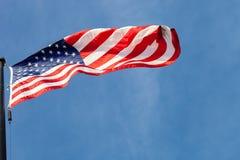 Vista da muggito della bandiera d'ondeggiamento degli Stati Uniti con la s blu immagine stock