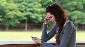 A vista da mulher preocupou-se após ter recebido a mensagem de texto video estoque