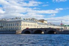 Vista da Neva River al ponte di Prachechnyy attraverso il fiume di Fontanka, St Petersburg, Russia Fotografia Stock Libera da Diritti